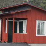 Stilig ny vaktstuga med tre toaletter (en handikapp), litet förråd och vaktkur.