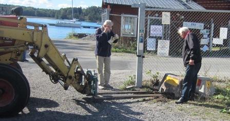 Lennart och Benny försöker måtta in Evorna för Traktorlasse.