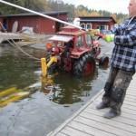 Traktor på väg att sjösättas eller?